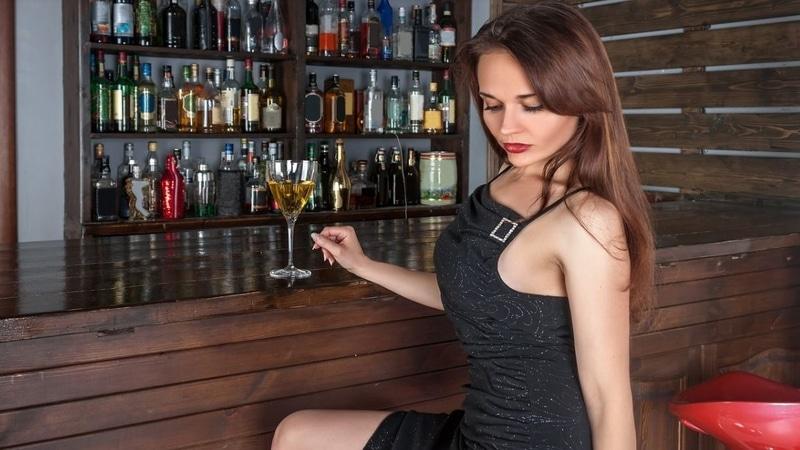 Frau in der Bar kennenlernen